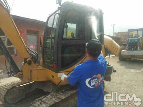 徐工服务人员为用户清洗挖掘机外观