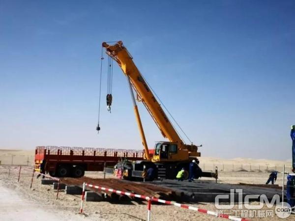 徐工越野轮胎起重机在阿联酋油田施工