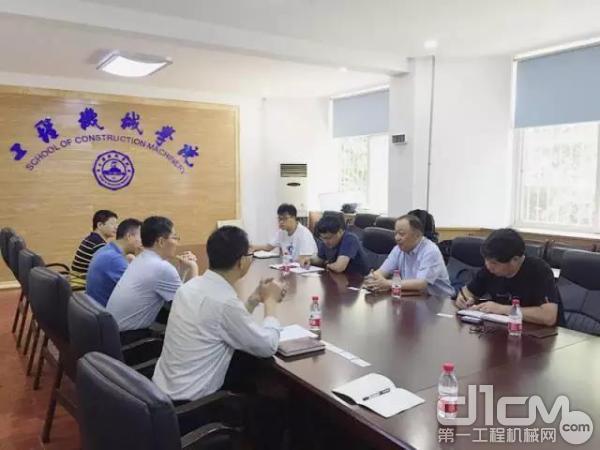 国机重工常林公司殷鹏龙总工程师到长安大学开展技术交流