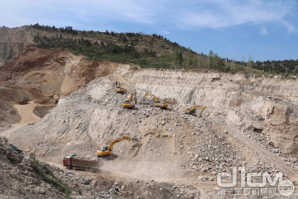雷沃挖掘机矿山施工现场