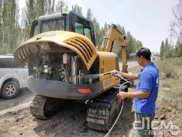 徐工挖机工程师清洗挖机散热器