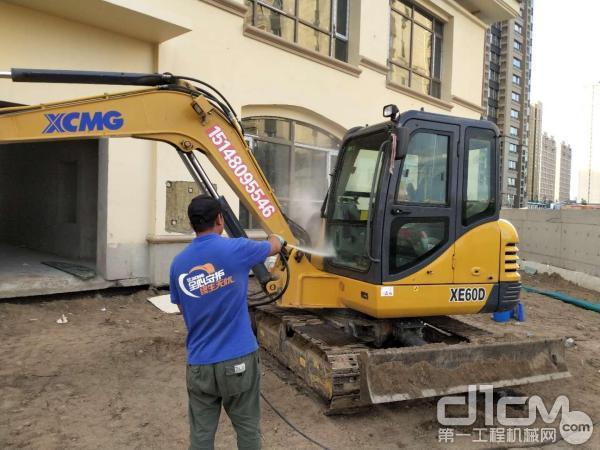 徐工挖机服务工程师清洗挖掘机
