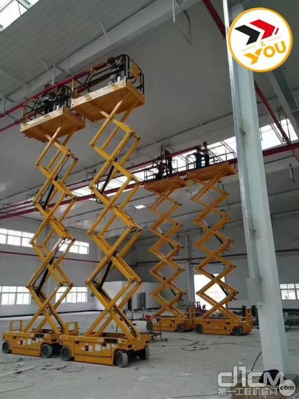 Haulotte剪叉式高空作业平台在厂房并肩作战