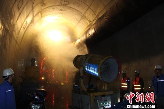 川藏铁路一高原隧道贯通