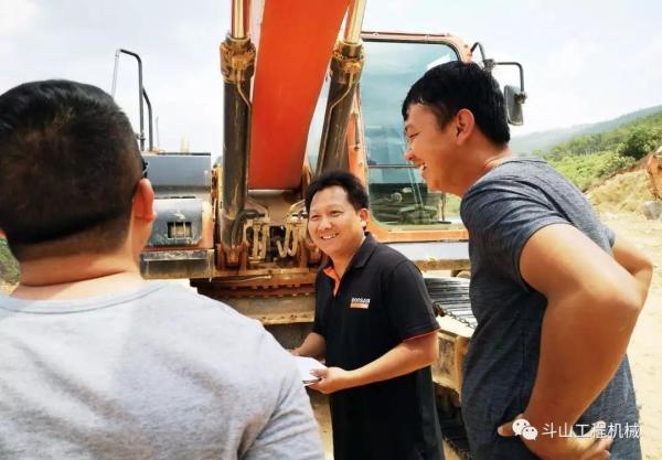 斗山服务工程师高建忠与客户交流