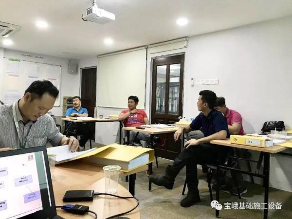 卓汉公司董事长李金成先生(图中穿蓝衣者)亲自参加培训并召集相关人员进行专题座谈