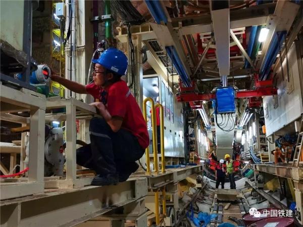 铁建重工服务工程师进行盾构机检修