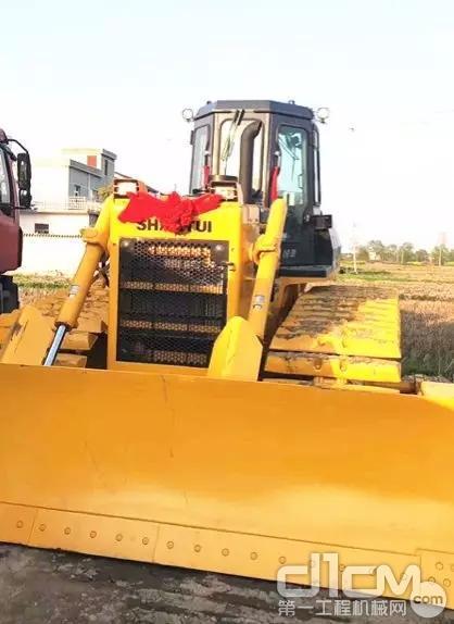 邓老板在今年新购买的山推推土机