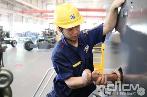 徐工臂式车工段杨崇辉在工作中