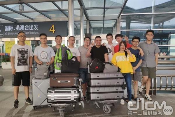 图:国际班的同学们准备登机