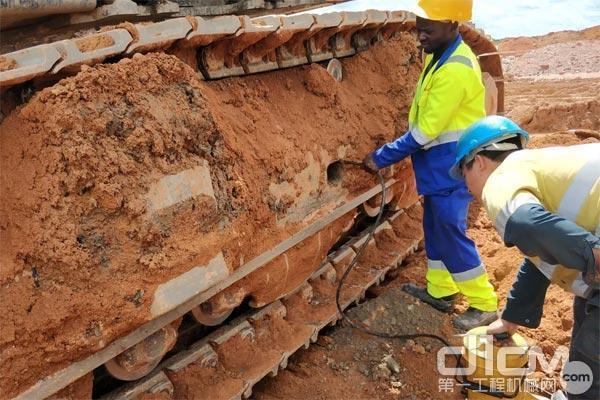 图:谭金汶和同事正在工作