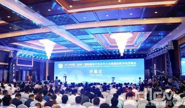 徐工电商公司总经理张岩梅女士在跨境电商数字服务论坛上做主旨演讲