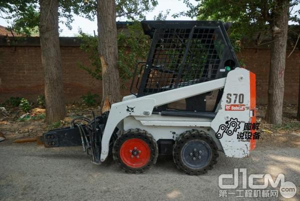 先来看看山猫S70滑移<a href=http://product.d1cm.com/zhuangzaiji/ target=_blank>装载机</a>的尺寸。不带属具总长1925mm,带标准铲斗总长2472mm,轴距只有722mm。