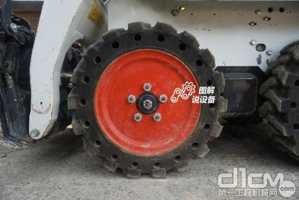 标配23×5.70-12标准轮胎,还可选配23×8.5-12重载轮胎或23×5.70-12实心轮胎。