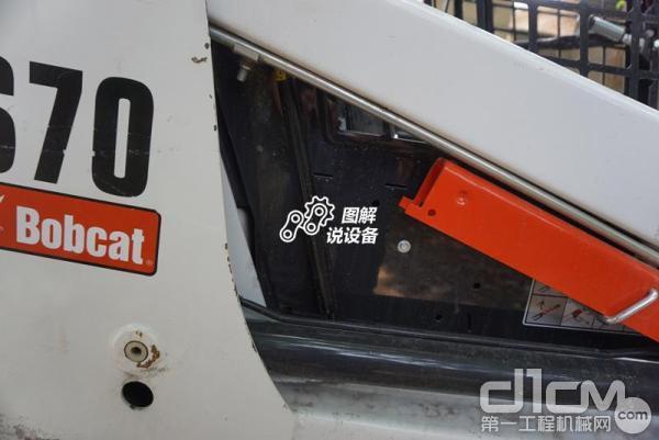 山猫S70滑移装载机驾驶室可以上翻,图中打水印的地方是一根气弹簧,红色为安全支架。