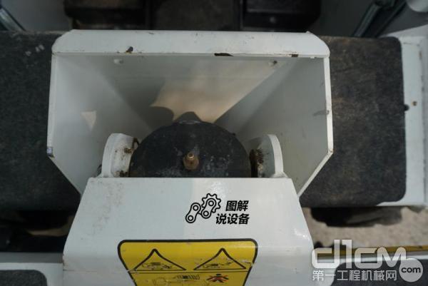 黄油嘴的位置都设计的比较合理,维护时可轻松加注黄油。图为翻斗油缸黄油嘴,就在驾驶室入口处。