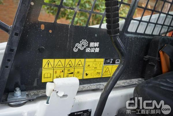 铭牌上方贴着一些注意事项,需仔细阅读,以免发生不必要的危险。