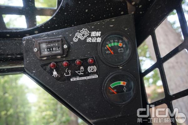 右侧上部则是一些仪表显示,包括小时计、电压表、水温表和安全操作指示灯。