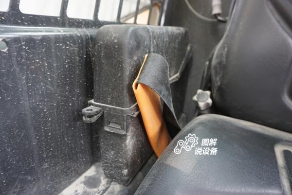安全带右侧是一个小的带盖子的储物盒,里面可以放操作手册。