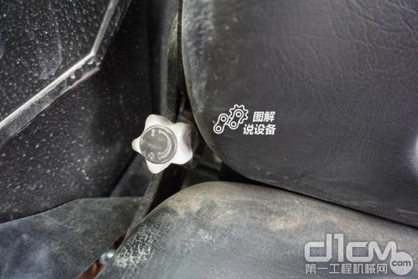 座椅靠背调节旋钮,虽然做工有点糙,但功能还是具备的。