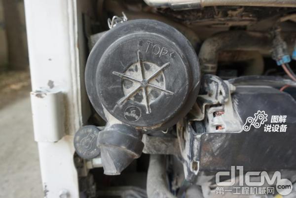 空气滤清器,做内拆这种工况空滤要勤吹,减少对发动机的磨损。机油加注口设置在空滤下边。