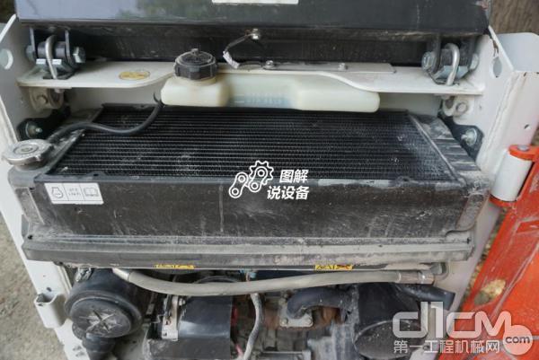 散热水箱横置在顶部,机罩对应位置镂空设计,方便散热。
