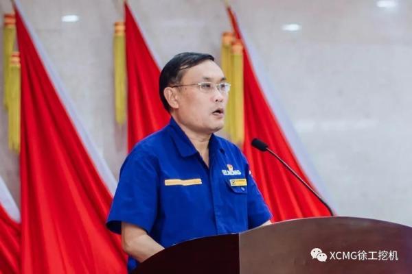 徐工挖掘機械事業部副總經理張雷宣讀表彰決定
