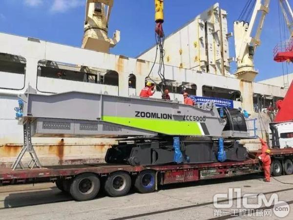 中联重科自主研发生产ZCC5000<a href=http://product.d1cm.com/lvdaidiao/ target=_blank>履带起重机</a>出口印度尼西亚