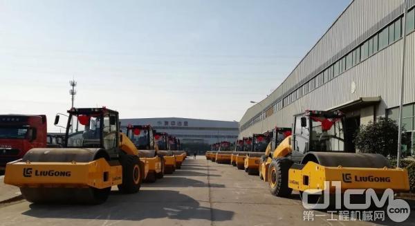 """柳工18台大吨位<a href=http://product.d1cm.com/danganglun/ target=_blank>压路机</a>批量发车,将发往东南亚投入""""一带一路""""建设"""