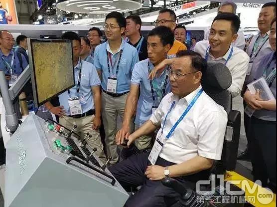 中国移动高管试驾三一5G遥控挖掘机