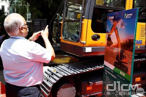 客户给徐工挖掘机拍照