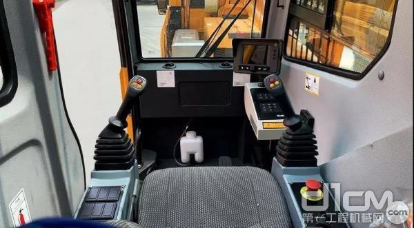 徐工XCT20L5先导版驾驶室内部