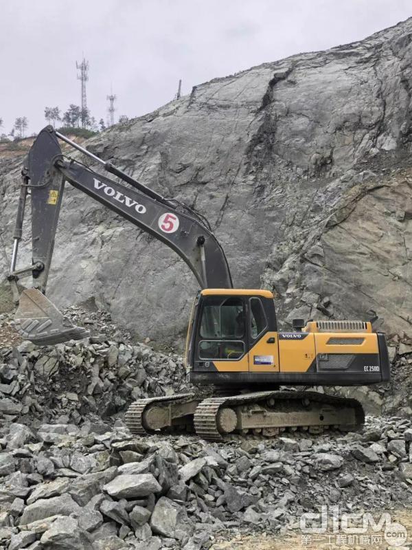 沃尔沃250D挖掘机