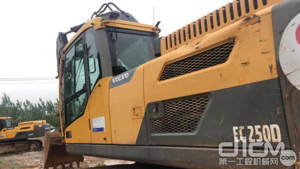 第二台沃尔沃250D挖掘机