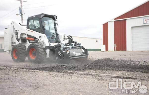 山猫滑移装载机搭载铣刨器能够对路面进行高效铣刨