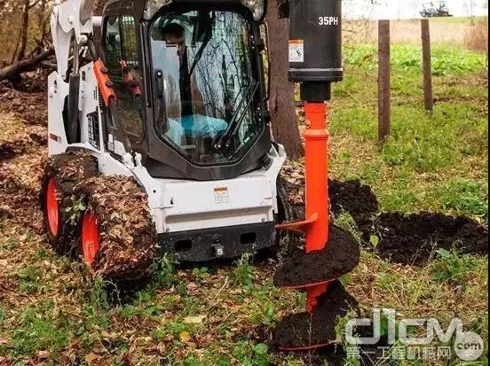 山猫滑移装载机搭配土钻挖坑