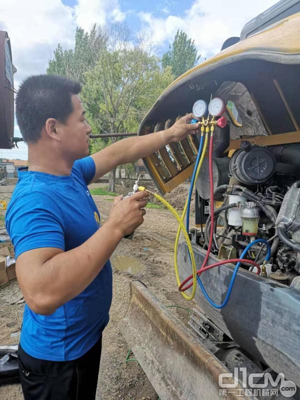 徐工挖机服务工程师为设备做检查