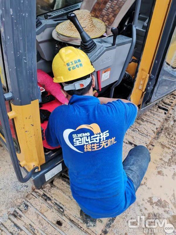 徐工挖机服务工程师温林艺师傅为用户保养清洁挖掘机