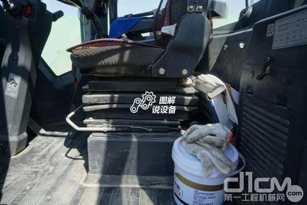 柳工862H装载机可多向调节的座椅