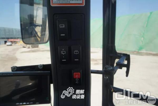 柳工862H装载机右侧立柱上多个控制按钮