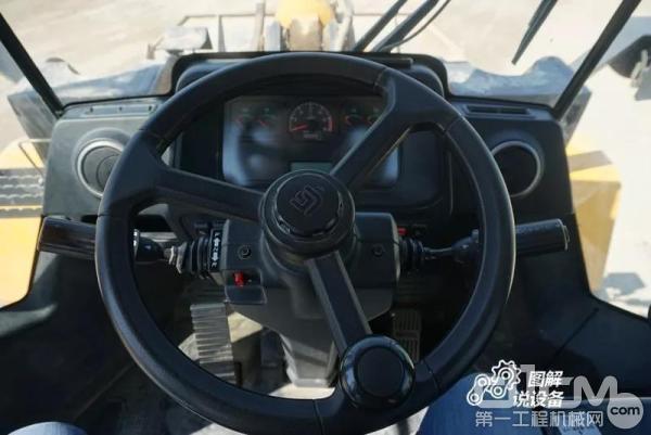 柳工862H装载机可调节角度的方向盘
