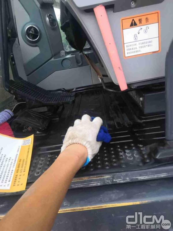 徐工挖机服务工程师为用户清洗驾驶室