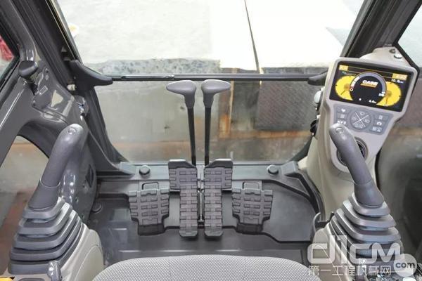 凯斯C系列的驾驶空间能够相对于上一代驾驶空间增加7%