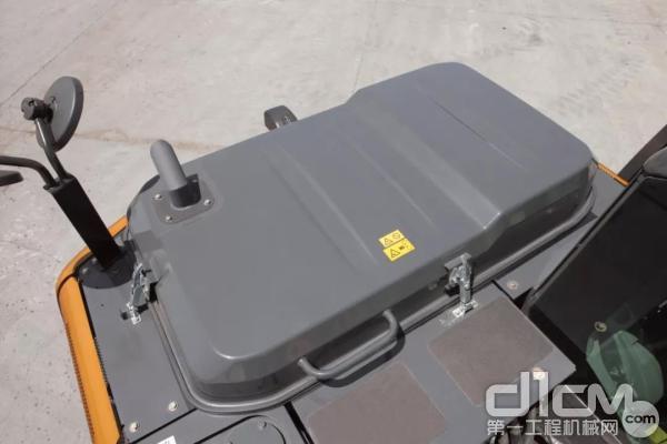 机体上部的保养空间充裕,增大面积的黑色防滑板与扶手,维修不仅安全且便捷