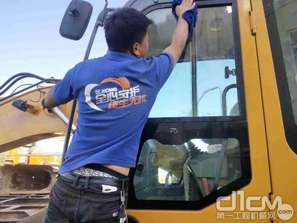 徐工挖机服务人员清洗设备