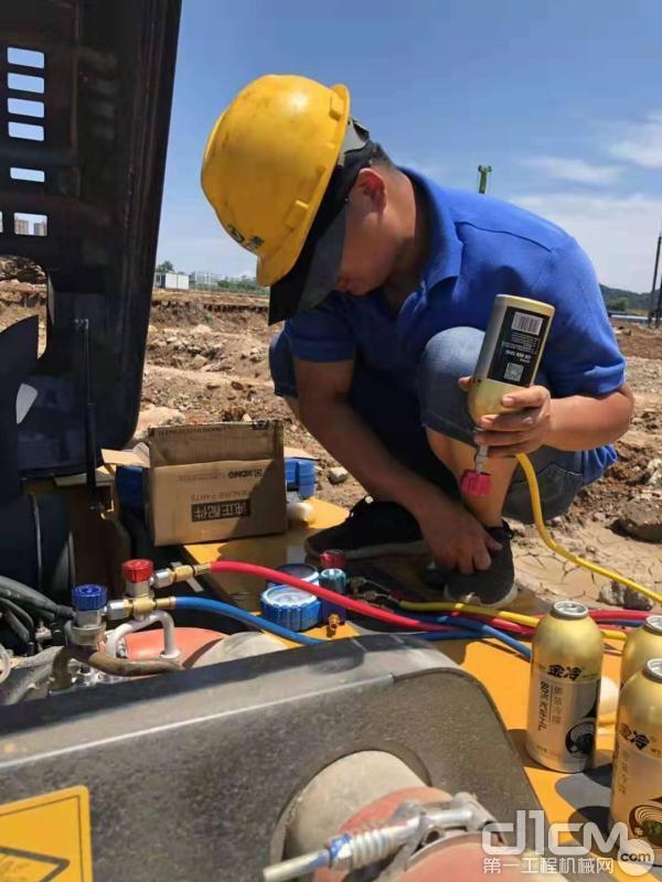 徐工挖机服务工程师为用户设备做全面检查
