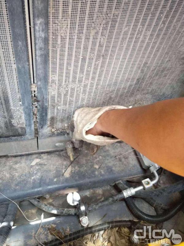 徐工挖机服务工程师为用户清洗散热器