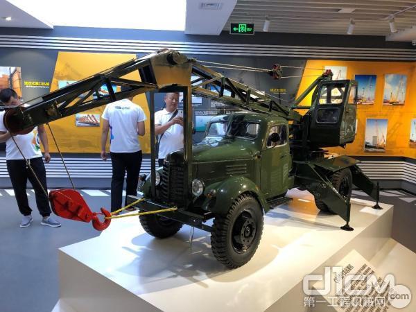 1963年徐工自主研发下线的Q51型汽车起重机,掀起了中国起重机发展的新篇章(图为产品模型)