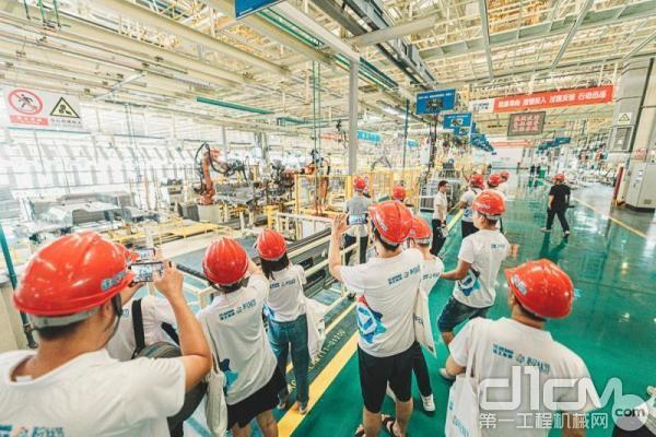 粉丝围观徐工焊接机器人
