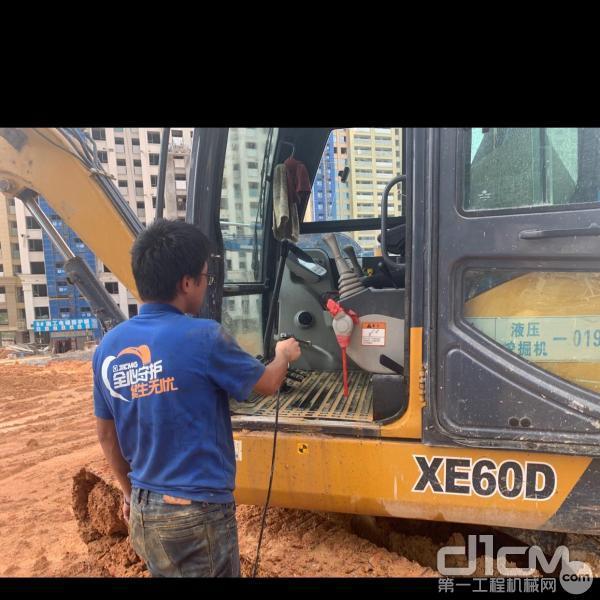 服务工程师清洗挖掘机驾驶室